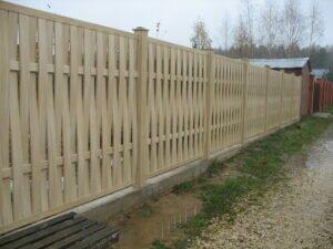 Практичное решение для загородного дома – деревянные заборы